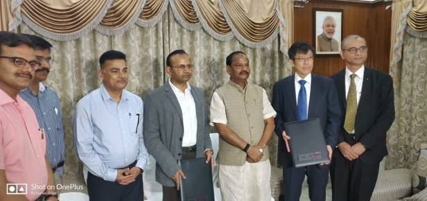 Senior management members Yamaha at the Extreme Right - Mr. Mr. Yukihiko Tada, Director, IYM and Mr. Om Prakash, Vice President, IYM along with Chief Minister of Jharkhand, Mr. Raghubar